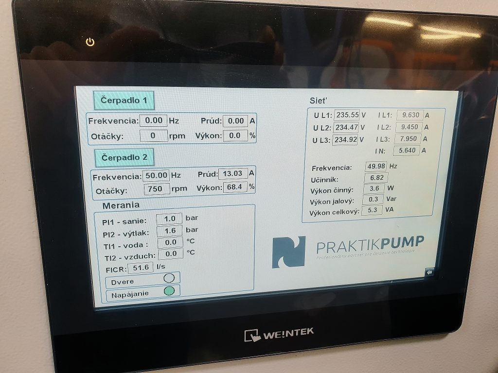 Dotykový displej rozvádzača v skúšobni čerpadiel PRAKTIKPUMP.